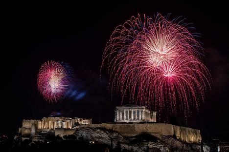 Parthenon temppelin yllä räiskyivät ilotulitteet Ateenassa, Kreikassa.