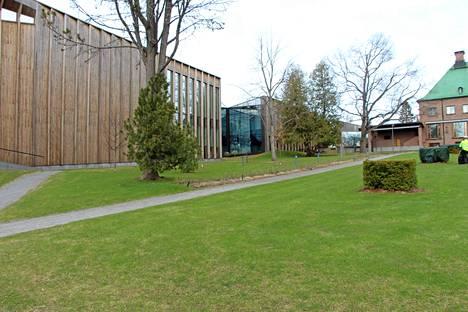 Serlachius-museoissa valmistaudutaan Banksyn näyttelyn avajaisiin.