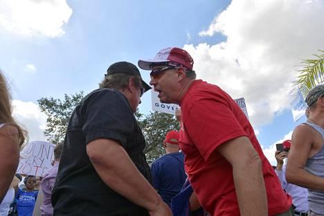 Mielenosoittajia kokoontui vaaleja valvovan viranomaisen toimiston ulkopuolelle Floridan Lauderhillissä lauantaina.