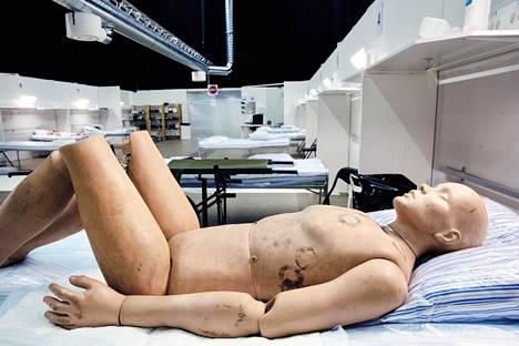 Nukke makasi sairaalasängyllä Tukholman messukeskuksen kenttäsairaalassa keskiviikkona.