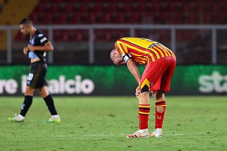 Tappio ja putoaminen Serie A:sta oli kova isku Leccen kapteenille Fabio Lucionille, joka teki ottelun ensimmäisen maalin Leccen omaan verkkoon.