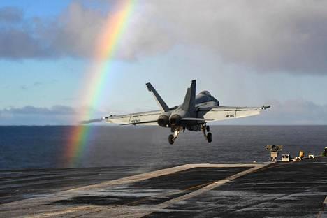 Naton Trident Juncture -sotaharjoitukseen osallistuva yhdysvaltalainen monitoimihävittäjä F/A-18E Super Hornet nousi lentotukialus Harry S. Trumanilta torstaina Norjanmerellä.