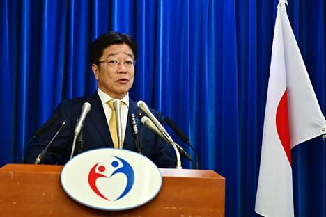 Japanin terveysministeri Katsunobu Katō puhui tiedotustilaisuudessa 25. helmikuuta Tokiossa.