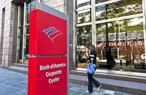 Nainen ohitti Bank of American toimipisteen Pohjois-Carolinassa.
