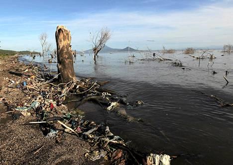 Nicaraguassa sijaitseva Xolotlan-järvi on saastunut pahasti Managuan kaupungin jätevesistä. Jätteet on laskettu järveen vuodesta 1920 alkaen.