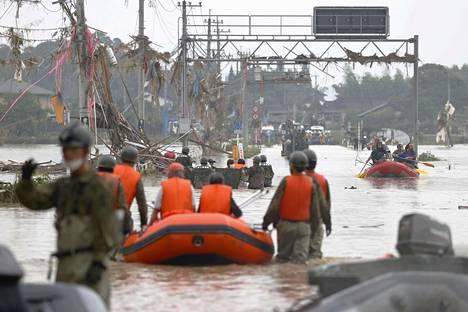 Asukkaita pelastettiin Kuman kylässä sunnuntaina.