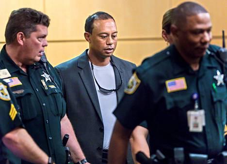 Tiger Woods oli sheriffien ympäröimä, kun hän asteli oikeuteen Floridassa.