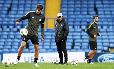 Juventuksen toimitsijakieltoa kärsivä päävalmentaja Antonio Conte (kesk.) osalistui joukkueensa harjoituksiin Stamford Bridgella.