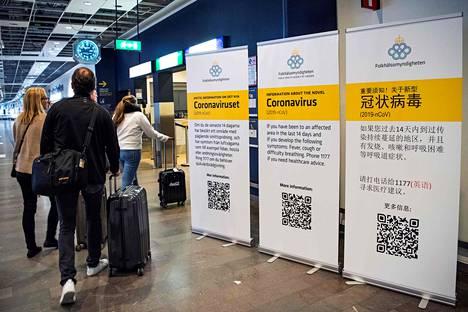Koronavirustiedotteet olivat vastassa lentomatkustajia, jotka saapuivat Arlandan lentokentälle Tukholmassa 5. maaliskuuta.