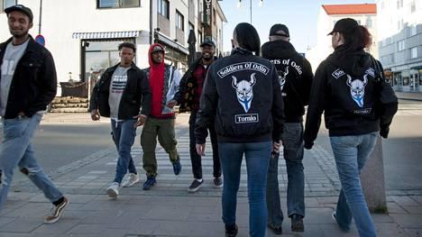 Soldiers of Odinin katupartio käveli pitkin Tornion Hallituskatua keskiviikkoiltana 24. toukokuuta. Kuvassa myös samana päivänä Open Borders of Solidarity -tapahtumassa esiintyneet Hanad Hassan eli Dosdela (vas.), James Nikander eli Musta Barbaari, Iyouseyas Belayneh eli Prinssi Jusuf sekä Luyeye Konssi eli Seksikäs Suklaa.