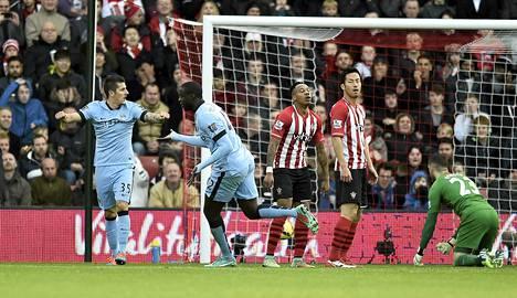 Manchester Citys Yaya Toure (toinen vasemmalta) juhlii tekemäänsä 1-0-maalia tevan Joveticin kanssa.