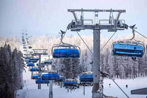Levin etelärinteen hissi nosti laskettelijoita rinteeseen Kittilässä helmikuussa.