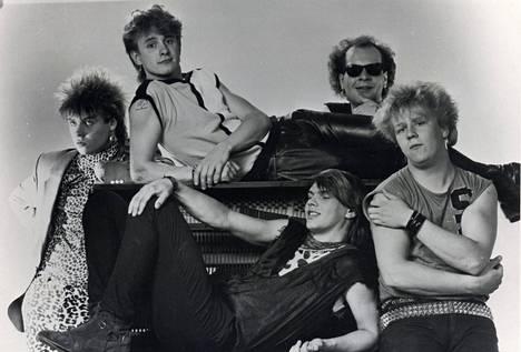 Yö vuonna 1984: Jussi Hakulinen (vas.), Juha Rauäng, Jani Viitanen, Veikko Lehtiranta ja Olli Lindholm. (Korjaus klo 12.59: rumpalin nimi oli alkuperäisessä kuvatekstissä väärin).