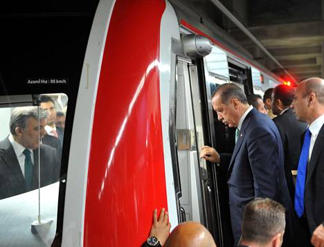 Sisällä junassa ollut presidentti Abdullah Gül (vas.) ja junaan astunut pääministeri Recep Tayyip Erdogan (oik.) osallistuivat Bosporinsalmen alittavan tunnelin avajaisiin.