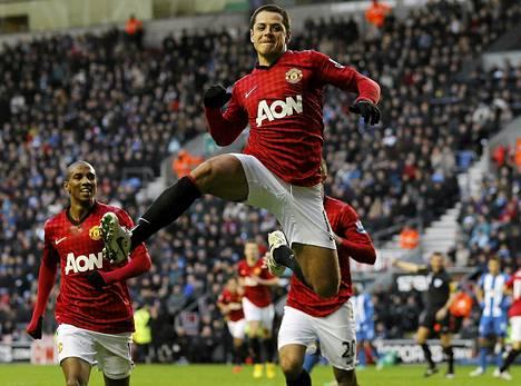 Manchester Unitedin Javier Hernandez viimeisteli kaksi maalia ottelussa Wigania vastaan.