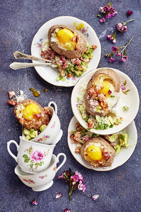 Brunssipotuista löytyvät aamiaisen parhaat raaka-aineet: kananmuna, pekoni, avokado ja juusto.