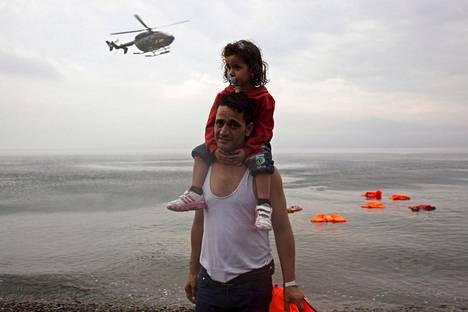 EU:n raja- ja merivartioviraston Frontexin helikopteri seurasi vuonna 2015 Kreikassa Lesbos-saaren lähellä Eurooppaan saapuvia pakolaisia. Komissio kasvattaisi EU:n pitkän aikavälin rahoitusehdotuksessaan Frontexin valvojien määrän kymmeneentuhanteen vuoteen 2027 mennessä.