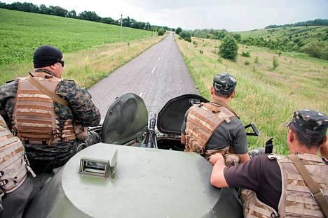 Ukrainan armeijan sotilaat partioivat lähellä Venäjän rajaa Harkovassa tiistaina.