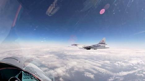 Venäjän Tu-160 pommikone lensi hävittäjien saattamana Itämeren yllä 28. huhtikuuta.