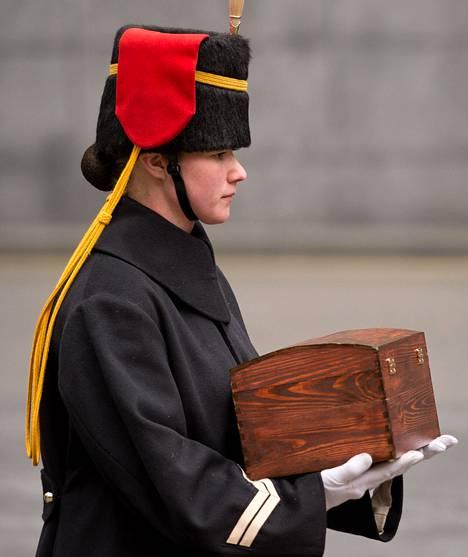 """Brittisotilas kantoi seremoniallista """"pyhän maaperän"""" säilytysrasiaa lauantaina Lontoossa."""