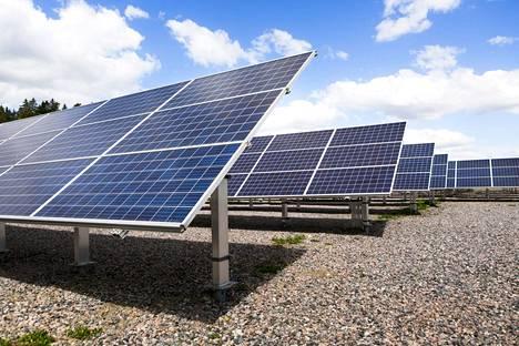 Tutkijoiden mukaan aurinkopaneelien tehoa saisi kasvatettua lisäämällä paneelin myös toiselle puolelle.
