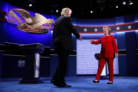 Syytettyjen epäillään vaikuttaneen Yhdysvaltojen vuoden 2016 presidentinvaaleihin. Demokraattien ehdokas Hillary Clinton ja vaalit voittanut Donald Trump kättelivät vaaliväittelyssä Hofstran yliopistolla Hempsteadissa 26. syyskuuta 2016.
