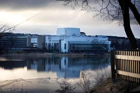 Töölönlahden rannassa on Finlandia-talon lisäksi myös Kansallisooppera.