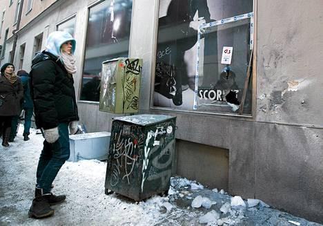 Ohikulkijat tutkivat Tukholman pommi-iskun tuhoja Bryggaregatan ja Drottninggatan kulmassa joulukuussa 2010.