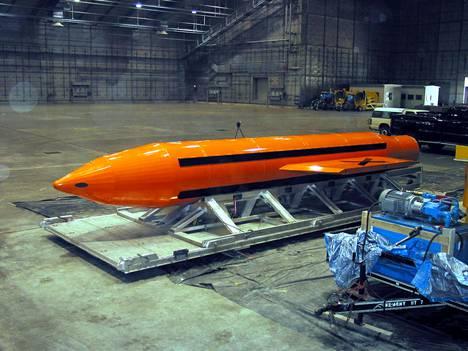Massive Ordnance Air Blast (MOAB) on maailman suurin ei-ydinpommi. Kuvassa sellaista valmistellaan testausta varten Eglinin lentotukikohdassa Floridassa vuonna 2003.