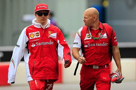 Kimi Räikkönen keskusteli Monacon GP:n varikolla insinöörinsä kanssa torstaina.