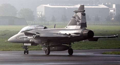 Ruotsalainen Saab Jas Gripen F -hävittäjä Sveitsin armeijan lentotukikohdassa Emmenissä lokakuussa 2012. Sveitsi tyrmäsi sunnuntain kansanäänestyksessä Gripen E -hävittäjien hankinnan.