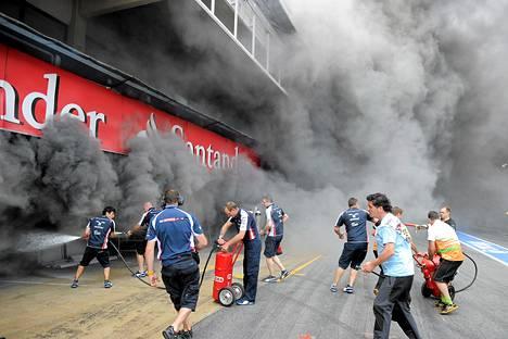 Tulipalo levitti Barcelonan moottoriradan varikkoalueelle paksua savua.