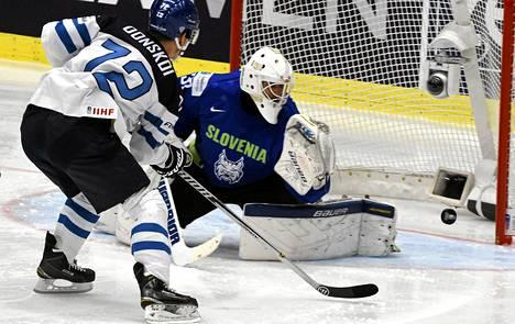 Joonas Donskoi yritti jujuttaa Slovenian maalivahti Gasper Kroseljia MM-kisojen alkulohkon ottelussa.