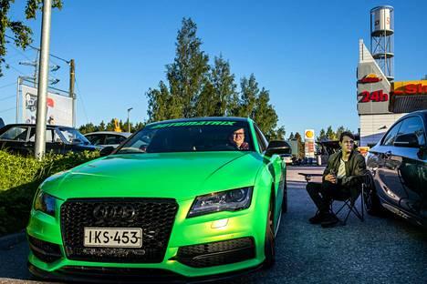 Miro Korpinen juttelee ystävänsä Kristian Auvisen kanssa autostaan käsin.