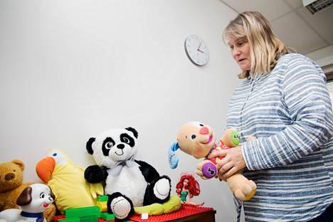 """Espoon keskuksen johtava sosiaalityöntekijä Riina Mattila muistuttaa, että perheet ovat samanlaisia taustastaan riippumatta. """"Kaikki haluavat lastensa parasta"""", Mattila sanoo."""
