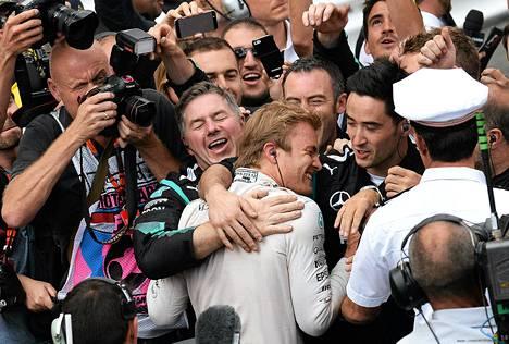 Nico Rosberg sai lämpimät onnittelut tiimiltään.