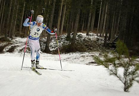 Kaisa Mäkäräinen lähtee Nové Městossa takaa-ajoon pikakilpailun jälkeiseltä viidenneltä sijalta. Kuva viikon takaa joulukuulta Pokljukan viestikilpailusta.