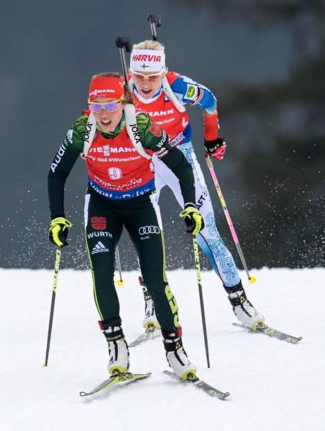 Laura Dahlmeier ja Kaisa Mäkäräinen (takana) maailmancupin yhteislähdössä Ruhpoldingissa tammikuussa 2018.