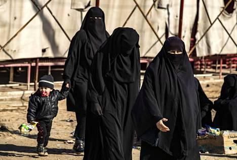 Syyriassa sijaitsevalla al-Holin leirillä pidetään Isis-taistelijoiden perheenjäseniä. Suomalaisia naisia ja lapsia siellä on noin 40. Kuva on tammikuulta.