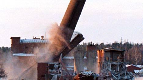 Enson Imatrankosken tehtaan piippu kaatuu. Kuva on vuodelta 1998.