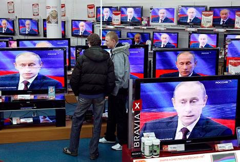 Silloinen pääministeri Vladimir Putin vastaili kansalaisten kysymyksiin televisiossa joulukuussa 2009.