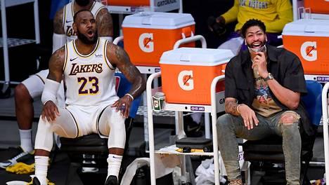 LeBron James istui vaihtopenkillä ja loukkaantunut Anthony Davis oli kannustamassa Los Angeles Lakersia.