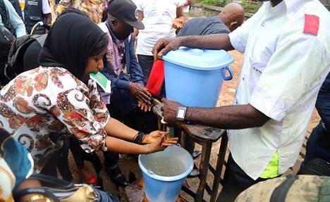 Mbandakan asukkaita kehotettiin lauantaina pesemään käsiään ebolan leviämisen estämiseksi.