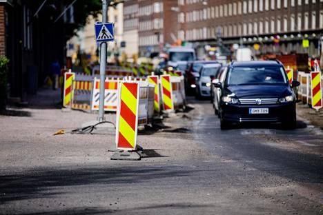 Mechelininkadun tietyöt ovat vaikeuttaneet läntisen Helsingin liikennettä jo pitkään.