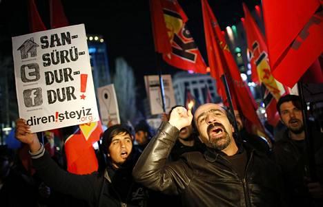 Turkkilaiset mielenosoittajat vastustivat Ankarassa helmikuussa 2014 parlamentin päätöstä lisätä internetin kontrollointia.