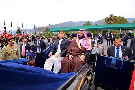 Saudi-Arabian kruununprinssi Muhammad bin Salman (keskellä) sai Pakistanissa lämpimän vastaanoton. Kuvassa hän on hevoskärryajelulla Islamabadissa maan pääministerin Imran Khanin kanssa.