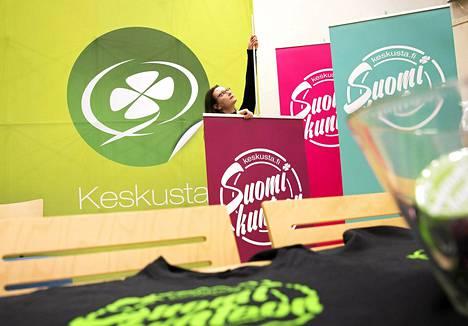 Keskustan viestintävastaava Hanna-Maija Kause kasasi puolueen vaaliesitteitä Keskustan puoluetoimistolla Helsingissä viime kevättalvella.