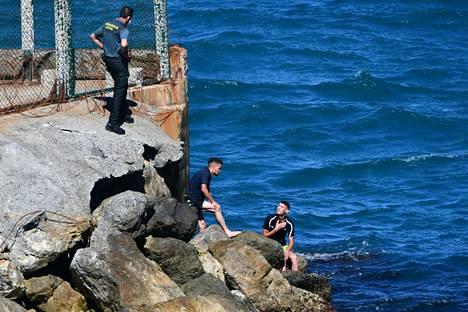 Siirtolaiset saapuivat Ceutan rantakiville varhain maanantaiaamuna.