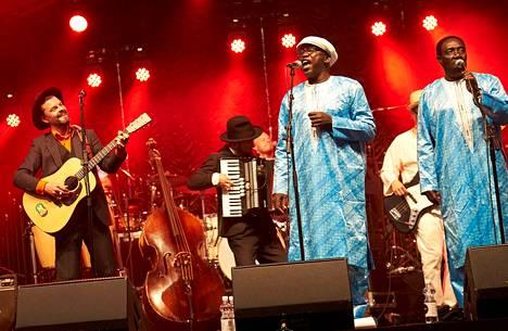 Tuure Kilpeläinen (vas.), Jiri Kuronen, Rudy Gomis ja Alpha Dieng pitivät torstai-iltana hauskaa Huvilan lavalla.