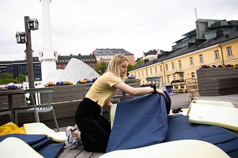 Essi Rämön mukaan terassialuetta on laajennettu noin 40 prosenttia normaalista. Näin on tehty riittävien turvavälien takaamiseksi asiakkaille.